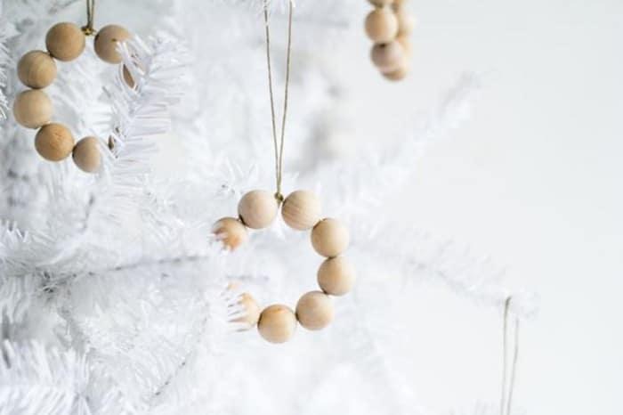 Une décoration de Noël en perles de bois